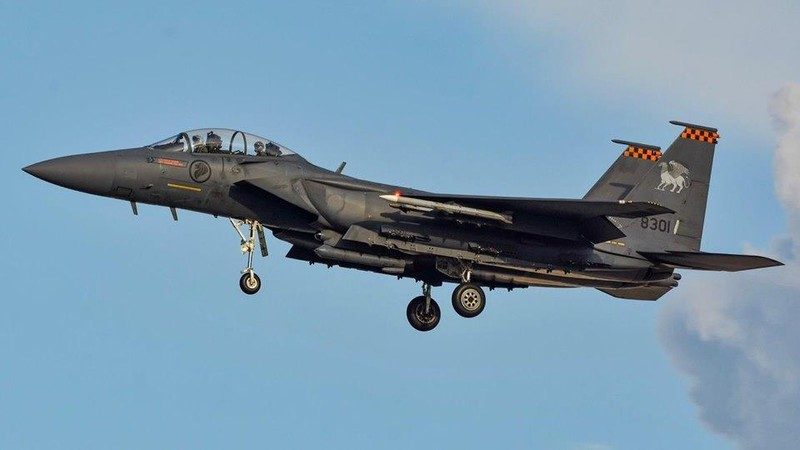 Singapore đưa 2 F-15 hộ tống máy bay chở khách báo động bom - ảnh 2