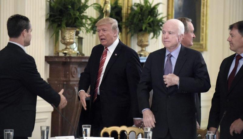 Tổng thống Mỹ Donald Trump (giữa, trái) và Thượng nghị sĩ Cộng hòa John McCain (giữa, phải) từng bất đồng và công kích nhau về nhiều vấn đề. Ảnh: WBUR