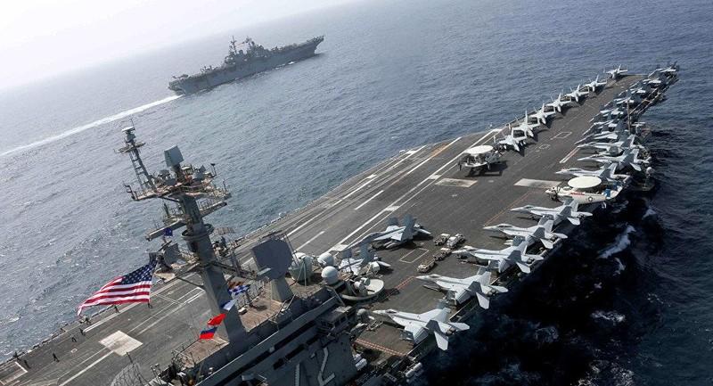 Tàu sân bay tấn công Mỹ USS Abraham Lincoln (phải) cùng tham gia tập trận với tàu đổ bộ USS Kearsarge (trái) tại Biển Ả Rập ngày 17-5. Ảnh: US NAVY