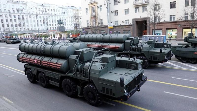 Hệ thống tên lửa phòng thủ S-400 Triumf ở Moscow (Nga) ngày 29-4. Ảnh: REUTERS