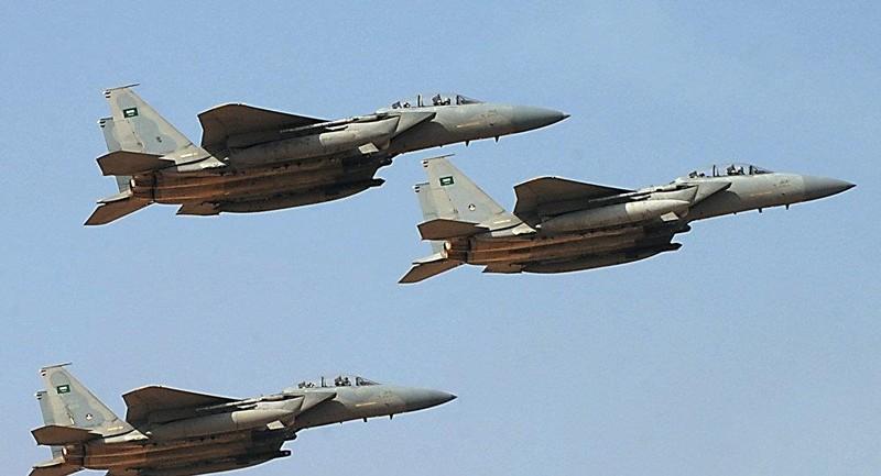 Sân bay Saudi Arabia bị không kích - ảnh 1