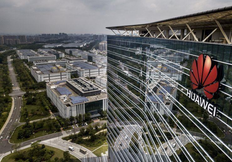 Logo Huawei trên một cơ sở sản xuất của Huawei ở TP Đông Hoản, tỉnh Quảng Đông (Trung Quốc). Ảnh: GETTY IMAGES