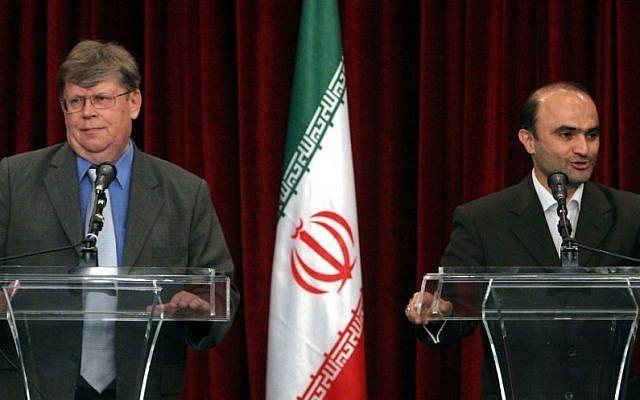 Nhà thương lượng hạt nhân Iran Javad Vaeedi (phải) và Phó Tổng Giám đốc IAEA Olli Heinonen (trái) trong một cuộc họp báo sau cuộc gặp ở Tehran ngày 12-7-2007. Ảnh: AP