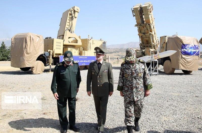 Bộ trưởng Quốc phòng Iran – Chuẩn tướng Amir Hatami (giữa) đến tham dự lễ ra mắt hệ thống tên lửa phòng không Khordad 15 ngày 9-6. Ảnh: TWITTER