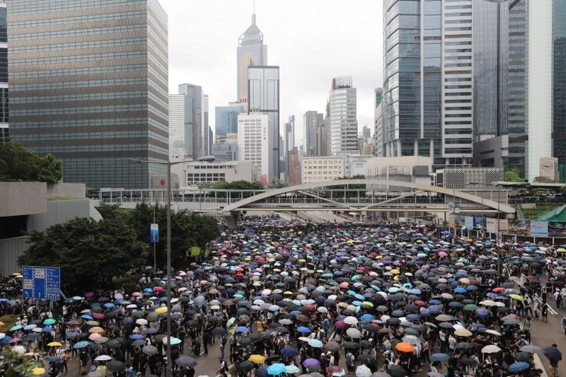 Người dân Hong Kong biểu tình đợt hai sáng nay 12-6 phản đối dự luật dẫn độ. Ảnh: SCMP