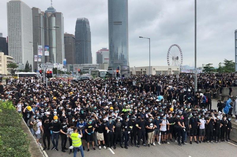 Người biểu tình bắt đầu phong tỏa một số tuyến đường ở Hong Kong sáng nay 12-6. Ảnh: SCMP