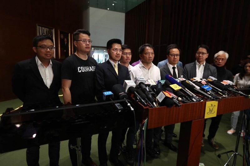 Thành viên đảng Dân chủ ở Hong Kong Wu Chi-wai (áo trắng, giữa) họp báo ngày 12-6 kêu gọi Trưởng Đặc khu Hong Kong Lâm Trịnh Nguyệt Nga rút lại dự luật.  Ảnh: SCMP