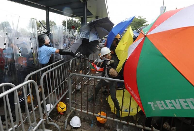 Cảnh sát Hong Kong tuyên bố 'tình trạng bạo động' - ảnh 4