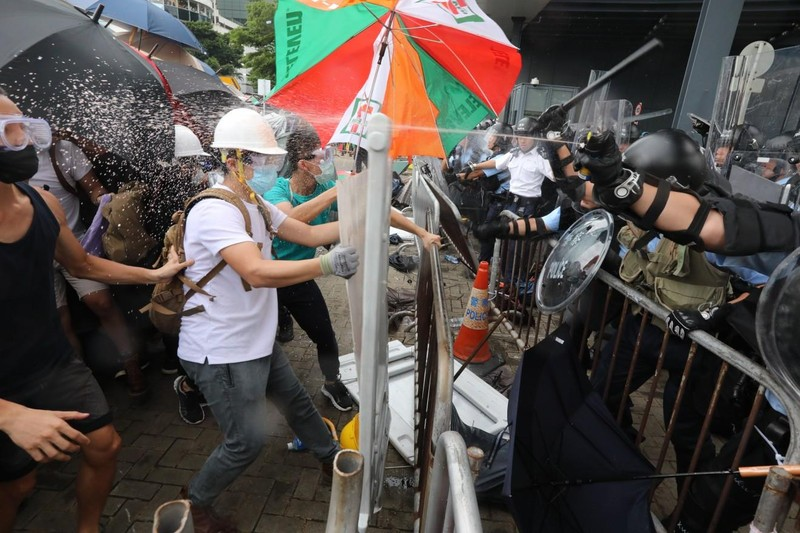 Cảnh sát Hong Kong tuyên bố 'tình trạng bạo động' - ảnh 5