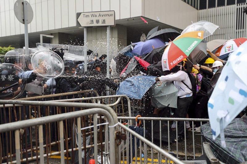 Cảnh sát Hong Kong tuyên bố 'tình trạng bạo động' - ảnh 6