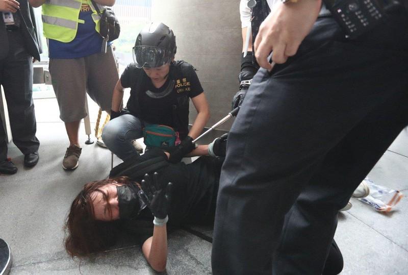 Cảnh sát Hong Kong tuyên bố 'tình trạng bạo động' - ảnh 7