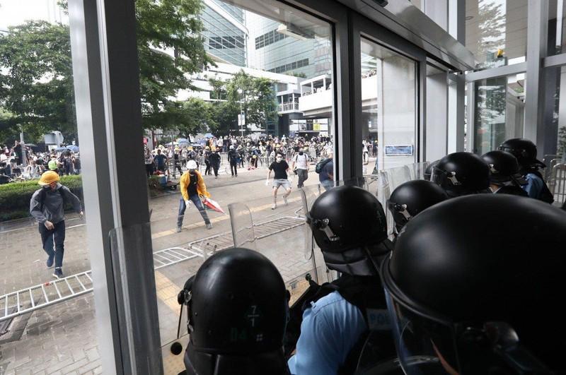 Cảnh sát Hong Kong tuyên bố 'tình trạng bạo động' - ảnh 8