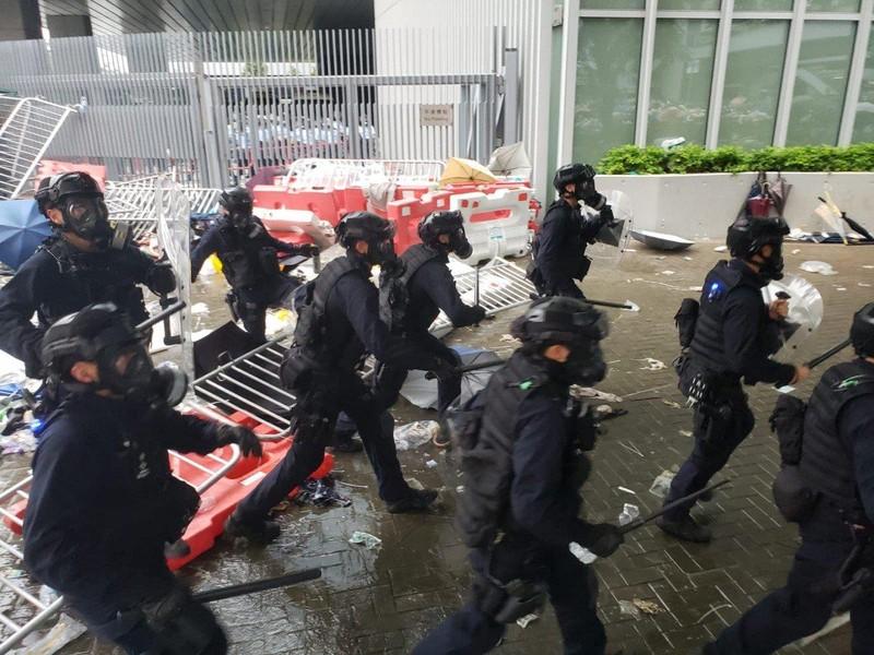 Cảnh sát Hong Kong tuyên bố 'tình trạng bạo động' - ảnh 10