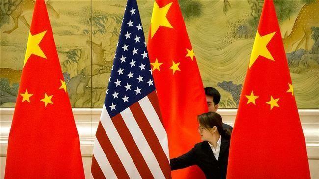 Chuẩn bị trưng bày cờ Mỹ và cờ Trung Quốc trước một phiên đàm phán thương mại giữa hai phái đoàn Mỹ và Trung Quốc tại Nhà khách Điếu Ngư Đài ở Bắc Kinh (Trung Quốc) ngày 14-2. Ảnh: AFP