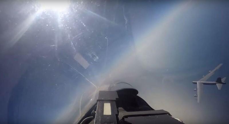 Chiếc B-52 của Không quân Mỹ bị những chiếc Su-27 của Nga chặn đầu khi đang tiếp cận biên giới Nga từ cả hai phía biển Đen và biển Baltic. Ảnh: BỘ QUỐC PHÒNG NGA