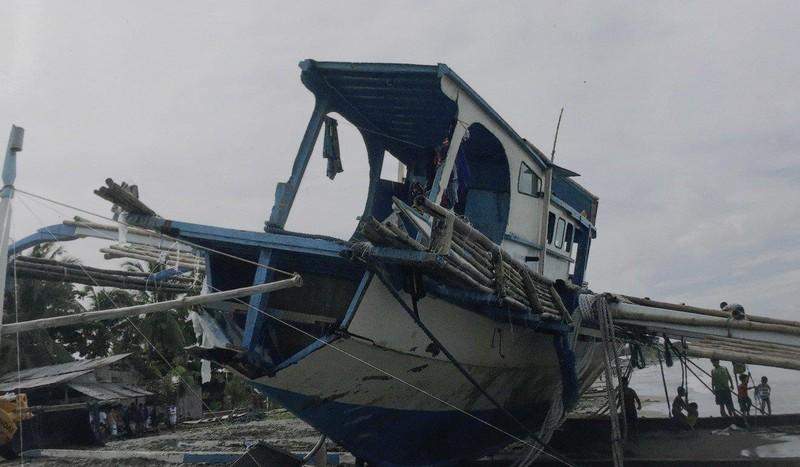 Tàu cá Philippines bị hư hại và đậu trên bãi biển San Jose, tỉnh Occidental Mindoro (Philippines). Ảnh: AP