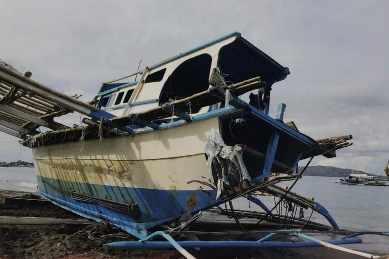 Tàu cá FB Gimver 1 của Philippines bị hư hại. Ảnh: AP