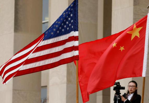 Cờ Mỹ và cờ Trung Quốc được chuẩn bị trong buổi lễ đón Bộ trưởng Quốc phòng Trung Quốc Ngụy Phượng Hòa đến thăm Bộ Quốc phòng Mỹ tháng 11-2018. Ảnh: REUTERS