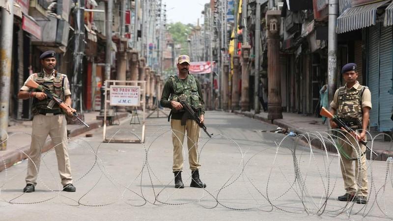 Lính Ấn Độ đứng gác ở bang Jammu & Kashmir ngày 5-2019. Ảnh: REUTERS