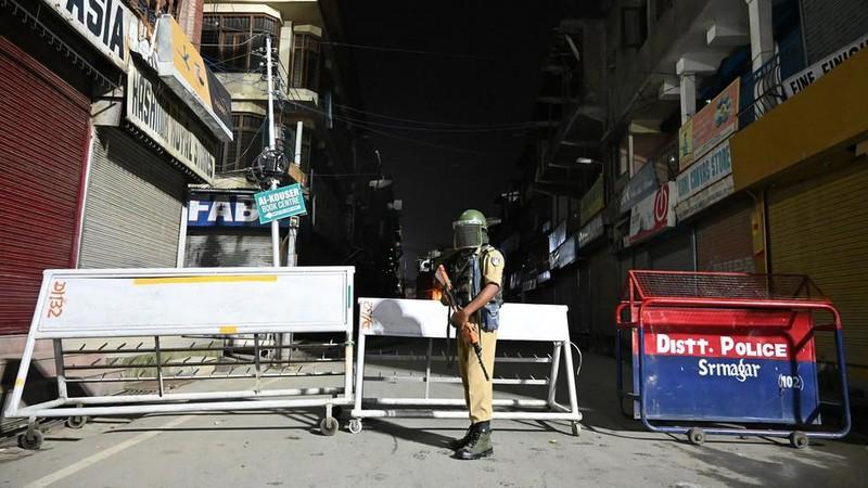 Lính thiết giáp bán quân sự Ấn Độ đứng canh gác tại một tuyến đường ở TP Srinagar thuộc bang Jammu and Kashmir, ngày 4-8. Ảnh: AFP