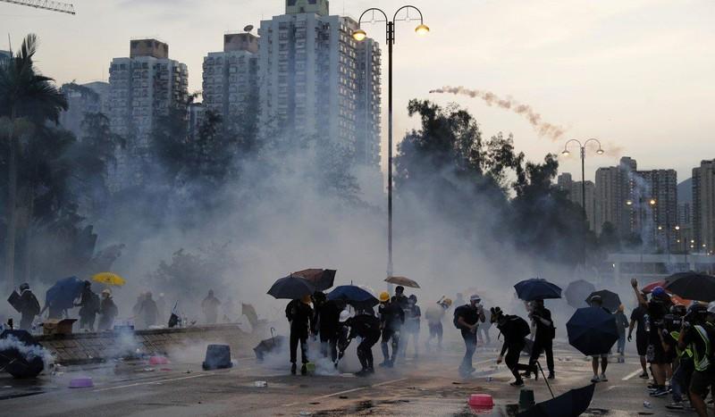 Trung Quốc cảnh báo người biểu tình Hong Kong không đi quá xa. Ảnh: AP