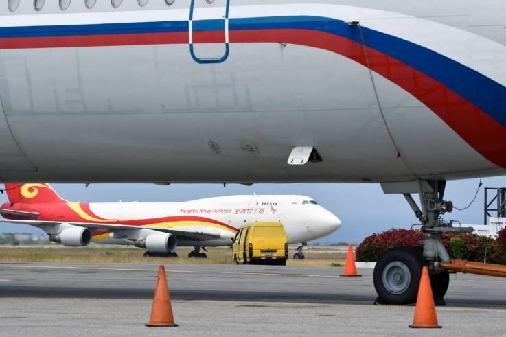 Máy bay Ilyushin Il-62M của không quân Nga và máy bay vận tải Boeing 747 của hãng hàng không vận tải Dương Tử Airlines của Trung Quốc tại sân bay quốc tế Simon Bolivar (Venezuela) ngày 29-3. Ảnh: AFP