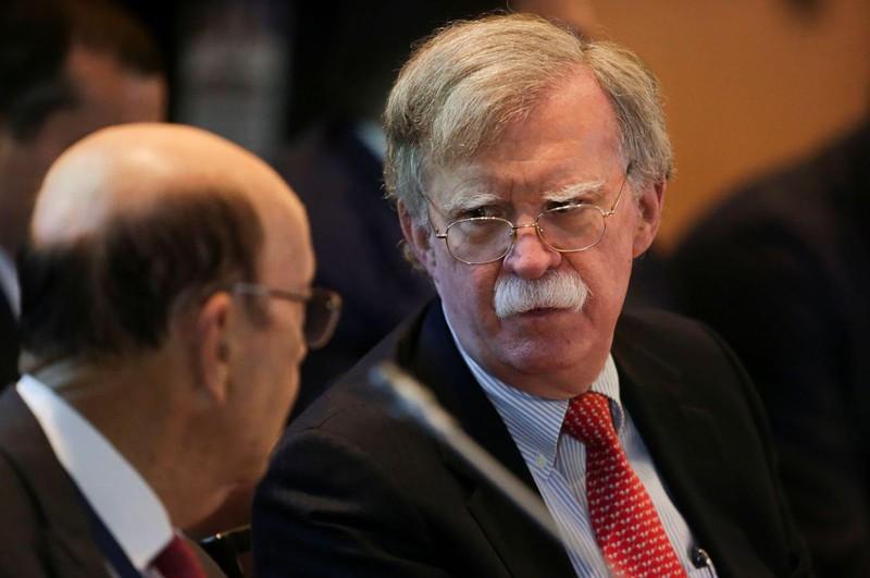 Cố vấn an ninh quốc gia John Bolton và Bộ trưởng Thương mại Mỹ Wilbur Ross tham dự một cuộc gặp về khủng hoảng chính trị Venezuela, tại Lima (Peru) ngày 6-8. Ảnh: REUTERS