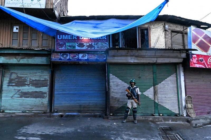 Một cảnh sát bảo vệ an ninh trong biểu tình ở thủ phủ Srinagar thuộc bang Jammu and Kashmir của Ấn Độ ngày 10-8. Ảnh: AFP