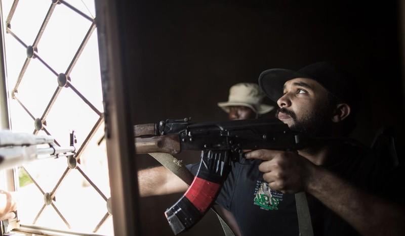 Các tay súng lực lượng GNA trong một cuộc giao tranh với các tay súng LNA ở Tripoli. Ảnh: THX