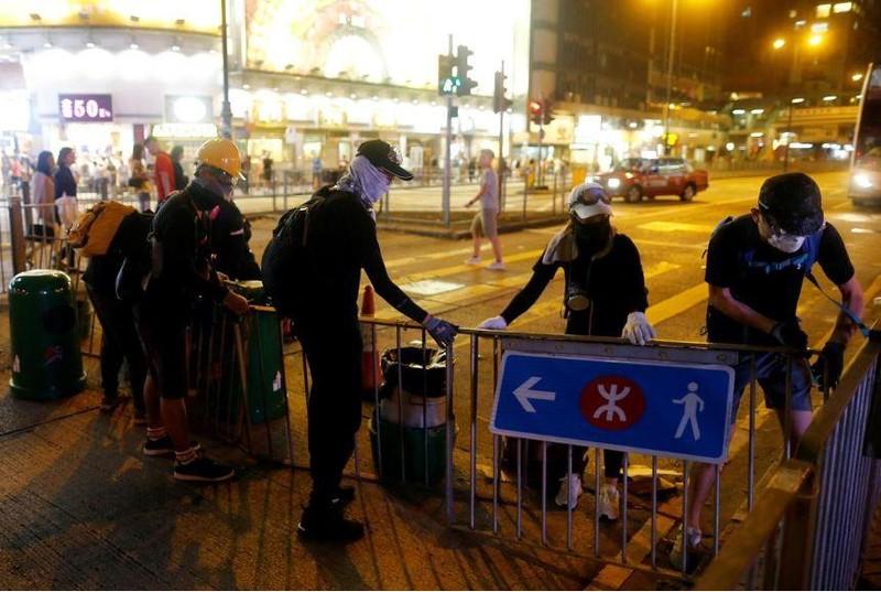 Người dân biểu tình chống dự luật dẫn độ tại Hong Kong tối 10-8. Ảnh: REUTERS
