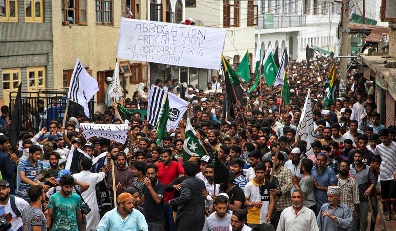 Người Hồi giáo Kashmir biểu tình đòi tự do ở TP Srinagar, bang Jammu and Kashmir (Ấn Độ) ngày 9-8. Ảnh: AFP