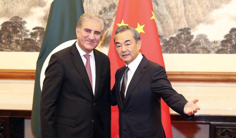 Ngoại trưởng Pakistan Shah Mahmood Qureshi (trái) gặp Bộ trưởng Ngoại giao Trung Quốc Vương Nghị (phải) ở Bắc Kinh (Trung Quốc) ngày 10-8. Ảnh: THX