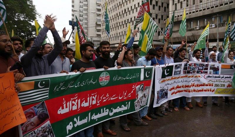 Người dân TP Karachi (Pakistan) biểu tình sau khi chính phủ Ấn Độ hủy bỏ quy chế đặc biệt của bang Jammu and Kashmir. Ảnh: EPA