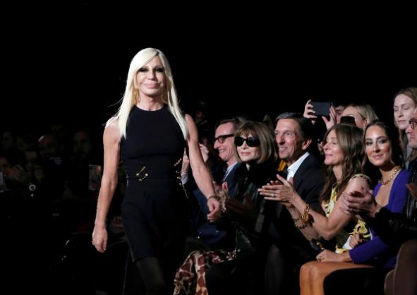 Giám đốc nghệ thuật Donatella Versace của nhãn hàng thời trang Versace trên sàn diễn thời trang tại một buổi ra mắt sản phẩm nhãn hàng này ở New York (Mỹ) tháng 12-2018. Ảnh: REUTERS