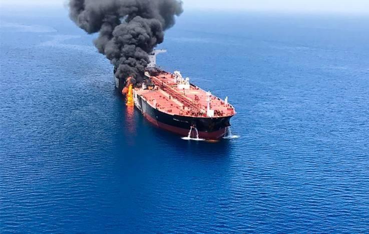 Tàu dầu Front Altair của NaUy bốc cháy sau khi bị tấn công tại vịnh Oman, cách eo biển Hormuz gần 160km. Mỹ cho Iran là thủ phạm. Ảnh: AFP