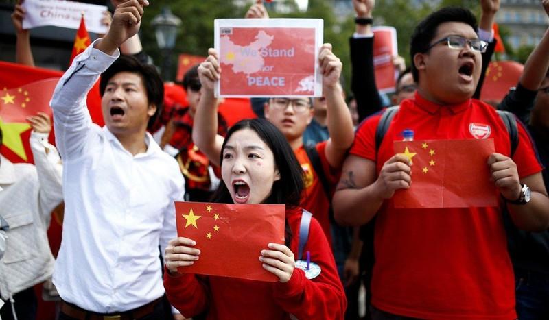 Xuống đường ở London (Anh) ngày 17-8 ủng hộ chính phủ Trung Quốc. Ảnh: REUTERS