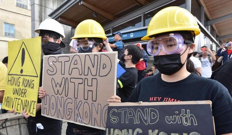 Xuống đường tại TP Vancouver, tỉnh British Columbia (Canada) ngày 17-8 ủng hộ người biểu tình Hong Kong. Ảnh: AFP