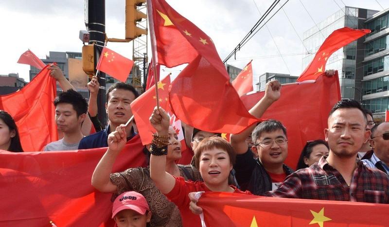 Người ủng hộ chính phủ Trung Quốc xuống đường tại TP Vancouver, tỉnh British Columbia (Canada) ngày 17-8. Ảnh: AFP