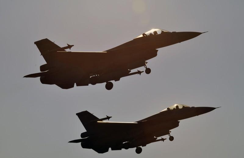 Hai chiếc F-16 cất cánh từ căn cứ không quân Chiayi ở nam Đài Loan. Ảnh: AFP