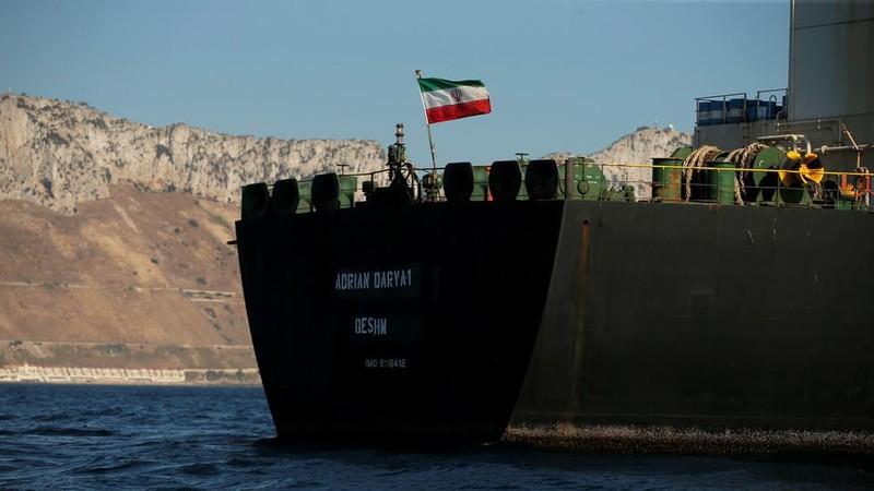 Tàu dầu Adrian Darya 1 vốn là tàu Grace 1 di chuyển qua eo biển Gibraltar ngày 18-8. Ảnh: REUTERS