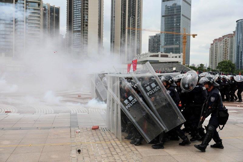 Hơi cay được bắn trong một buổi huấn luyện cảnh sát ở TP Thâm Quyến (Trung Quốc). Ảnh: REUTERS