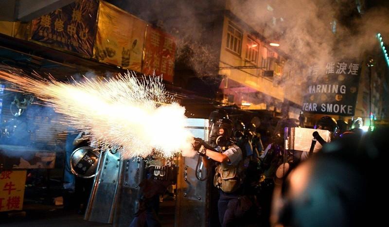 Anh – nguồn cung cấp lựu đạn cay chính cho cảnh sát Hong Kong – cho biết sẽ ngưng xuất khẩu mặt hàng này cho Hong Kong. Ảnh: AFP