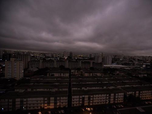Khói cháy rừng bao phủ bầu trời TP Sao Paulo (Brazil). Ảnh: GETTY IMAGES