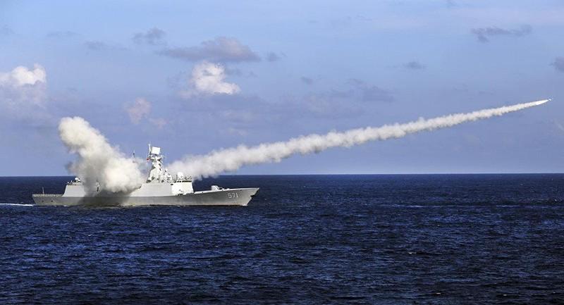 Tàu khu trục tên lửa Yuncheng của Trung Quốc phóng tên lửa chống tàu trong một cuộc tập trận quân sự. Ảnh: AP