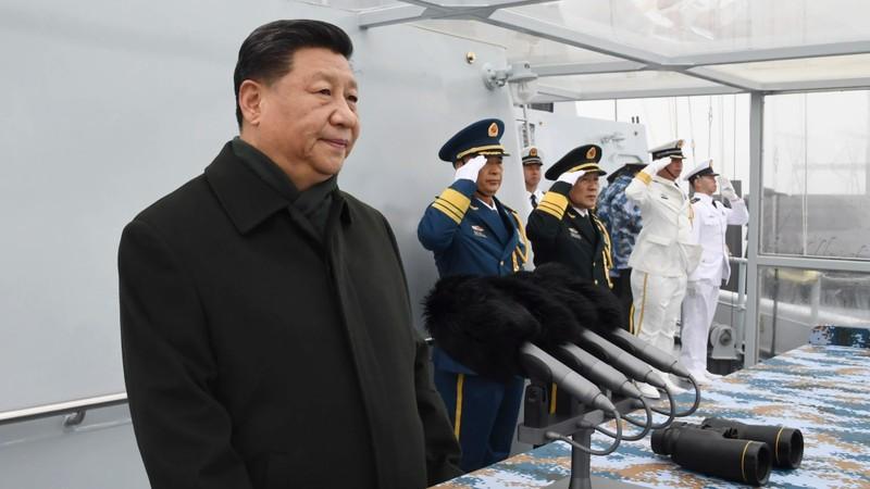 Chủ tịch Trung Quốc Tập Cận Bình thị sát một đội tàu hải quân trong lễ kỷ niệm 70 năm thành lập Hải quân Trung Quốc, gần TP Thanh Đảo, tỉnh Sơn Đông (Trung Quốc) ngày 23-4. Ảnh: AP