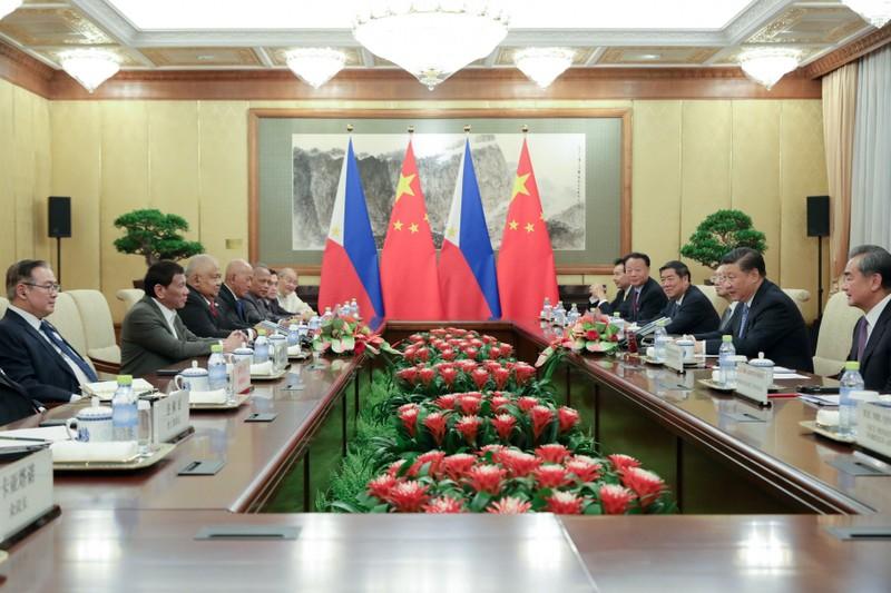 Chủ tịch Trung Quốc Tập Cận Bình (giữa, phải) tiếp Tổng thống Philippines Rodrigo Duterte (giữa, trái) tại Bắc Kinh ngày 29-8. Ảnh: INQUIRER