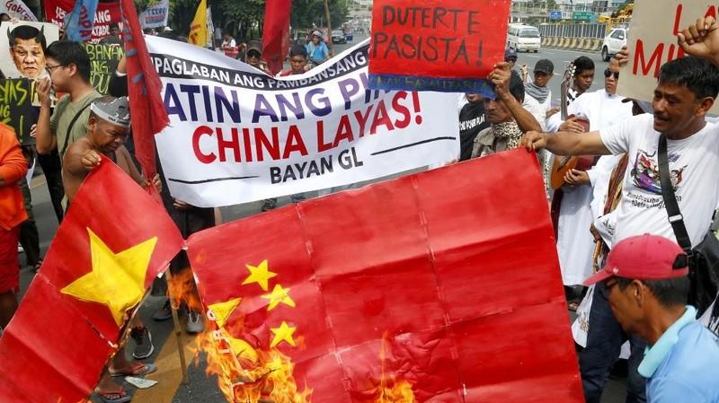 Người Philippines biểu tình trước đại sứ quán Trung Quốc ở Philipines ngày 9-4, phản đối tàu Trung Quốc hiện diện ở biển Đông. Ảnh: REUTERS