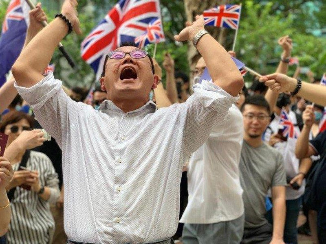 Biểu tình trước Lãnh sự quán Anh ở Hong Kong chiều 1-9. Ảnh: SCMP