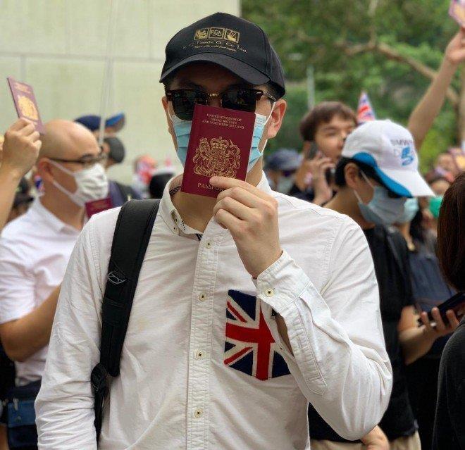 Anh Lo, một kiều dân Anh có mặt trong đoàn biểu tình trước Lãnh sự quán Anh ở Hong Kong chiều 1-9. Ảnh: SCMP