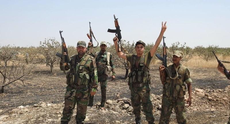 Quân đội Syria bên ngoài ngoại ô thị trấn Khan Sheikhoun. Ảnh: SPUTNIK